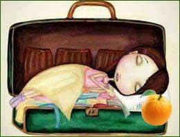 Картинка девочка спит с апельсином