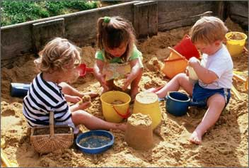 Фото: дети практикуют заземление
